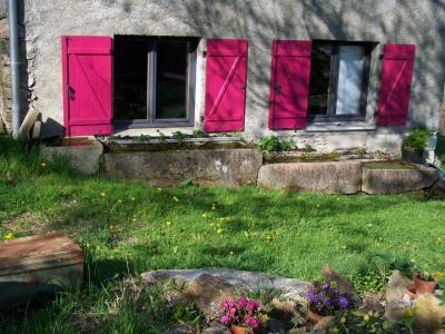 La fenêtre sur le jardin et les abreuvoirs